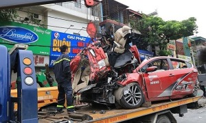 Ôtô 4 chỗ bị container đâm bẹp rúm, 3 người chết