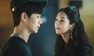 Học cách 'thả thính' ngầu như Seo Ye Ji trong 'Điên thì có sao'