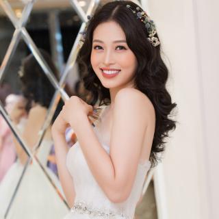 Phương Nga diễn váy cưới kiểu công chúa