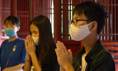 Sĩ tử tới Văn Miếu cầu may trước kỳ thi lớn