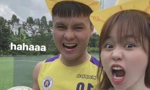 Quang Hải vui đùa với bạn gái trên sân cỏ