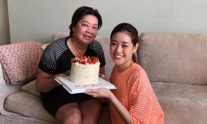 Khánh Vân làm bánh sinh nhật tặng mẹ
