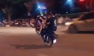 Xử phạt nhiều thanh niên khoe hình ảnh bốc đầu xe máy