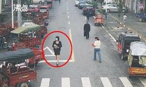 'Mỹ nữ trộm cắp' gây choáng khi cởi bỏ khẩu trang