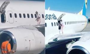 Mẹ trẻ leo ra cánh máy bay để hóng mát
