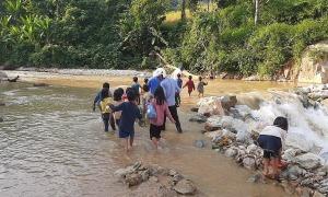 Thầy cô vùng cao trèo đèo, lội suối đón học sinh đến trường khai giảng