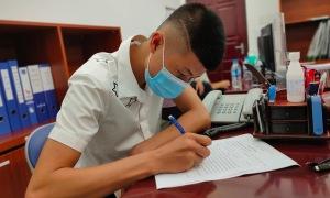 Con trai 19 tuổi thay mẹ ký đơn hiến tặng trái tim của bố