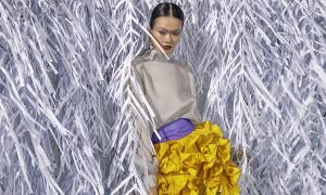 Rác thải 'hồi sinh' trong BST Trần Hùng tại London Fashion Week