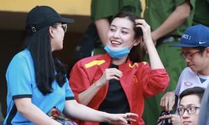 Á hậu Huyền My xuống sân cổ vũ Hà Nội - Viettel