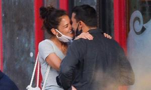 Katie Holmes thích công khai hôn bồ trẻ