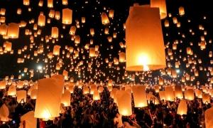 Lễ hội thả đèn trời ở Thái Lan gây cháy nhà, hủy hoãn chuyến bay