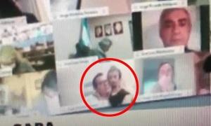 Nghị sĩ Argentina vô tư hôn ngực bạn gái khi đang họp qua Zoom