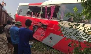 Tàu hỏa va chạm với ôtô chở học sinh tiểu học