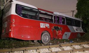 Xe chở học sinh va chạm với tàu hỏa do tài xế thiếu quan sát