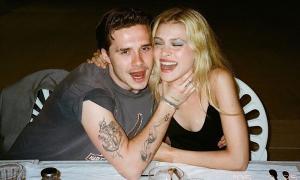 Ảnh Brooklyn Beckham 'âu yếm mà như bóp cổ bạn gái' bị chê 'kinh tởm'