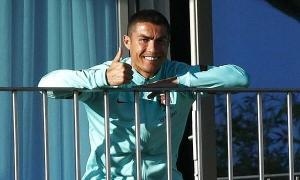 Cristiano Ronaldo tươi rói ở khu cách ly Covid-19