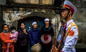 Người dân đưa tiễn Thiếu tướng Nguyễn Hữu Hùng về đất mẹ