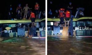 Xe khách chở 18 người ở Quảng Bình bị lũ cuốn trôi
