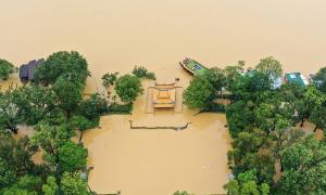Hình ảnh kinh hoàng về đợt lũ lớn nhất hàng chục năm qua ở miền Trung