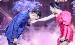 Tuấn Hưng tình tứ hôn tay Lệ Quyên trên sân khấu