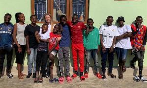 Cô gái Anh nhận nuôi 14 đứa trẻ mồ côi