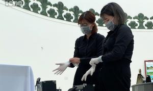 Cô gái làm nghề trang điểm cho người chết