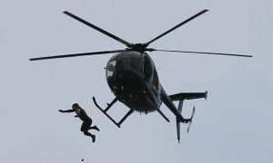 Lập kỷ lục nhảy từ trực thăng xuống biển ở độ cao 40m không cần dù