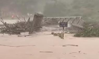 Lũ cuốn trôi cả cây cầu sắt ở Kon Tum