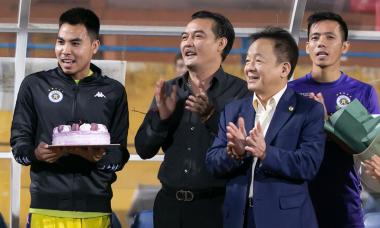 Cầu thủ Hà Nội FC hát mừng sinh nhật bầu Hiển