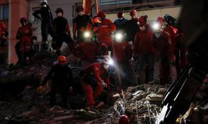 Sống sót sau 33 tiếng bị vùi dưới đống đổ nát do động đất