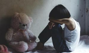 Bé gái 6 tuổi bị mẹ và nhân tình đánh gãy xương