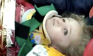 Bé 3 tuổi sống sót sau 65 tiếng dưới đống đổ nát do động đất