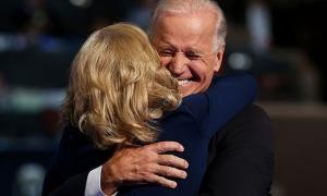 Tình yêu nảy nở giữa những mất mát khôn nguôi của Joe Biden