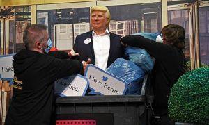 Tượng Trump bị ném vào sọt rác khi kết quả bầu cử chưa có