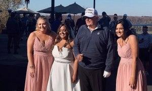 Trump vẫn vui vẻ chụp hình cùng cô dâu khi biết tin thua cuộc