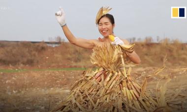 Cô nông dân nổi tiếng nhờ làm váy từ cỏ, lá ngô