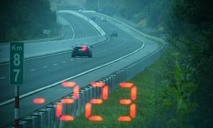 BMW phóng 223 km/h do 'đường đẹp và vội đi ăn cưới'