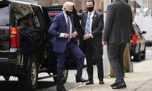 Joe Biden hơi tập tễnh sau vụ rạn xương bàn chân
