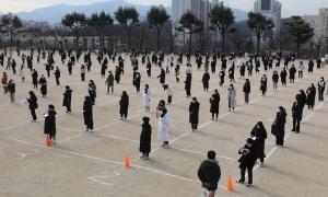 Sĩ tử Hàn Quốc bước vào kỳ thi đại học chưa từng có do Covid-19