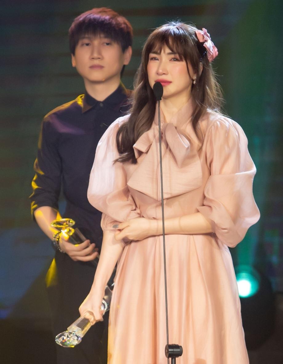 Hòa Minzy nhận giải Làn Sóng Xanh