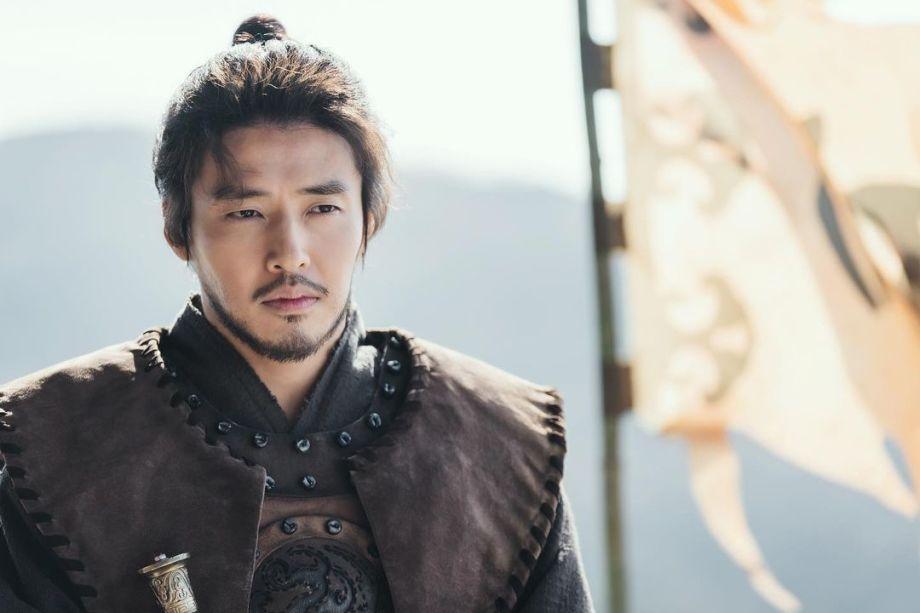 Mỹ nam 'sáng bóng' một thời Kang Ha Neul râu ria 'xồm xoàm' trong phim mới
