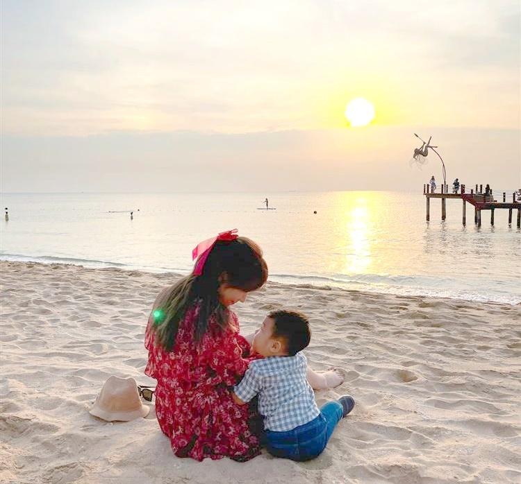 Bạn trai khoe ảnh Hòa Minzy và con trai