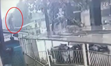 Video khoảnh khắc 'Người hùng' đỡ được cháu bé rơi từ tầng 12