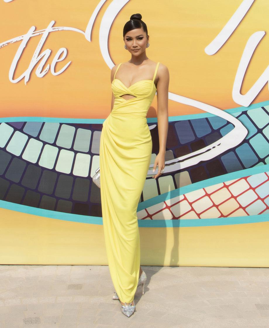 Mỹ nhân Việt chưng diện váy áo vàng rực đi xem thời trang ở Phú Quốc