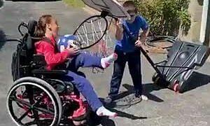 Khoảnh khắc xúc động: Anh trai hạ cột bóng rổ để em gái bị bệnh ghi bàn