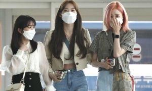 3 thành viên IZONE về Nhật sau khi tan rã: Sakura 'tỉnh bơ', Hitomi khóc sụt sùi