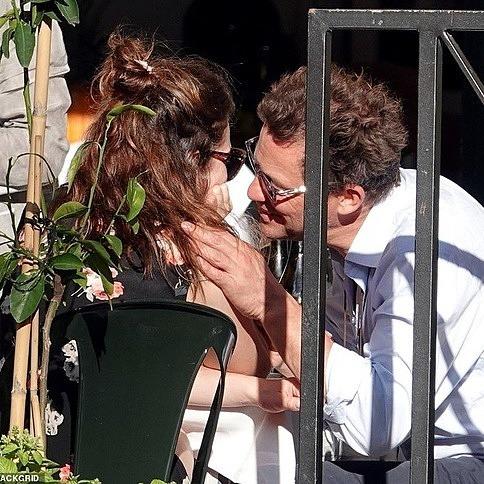 Khán giả 'thấy kinh' khi Dominic West và Lily James đóng vai cha con, rồi lại hôn hít ngoại tình