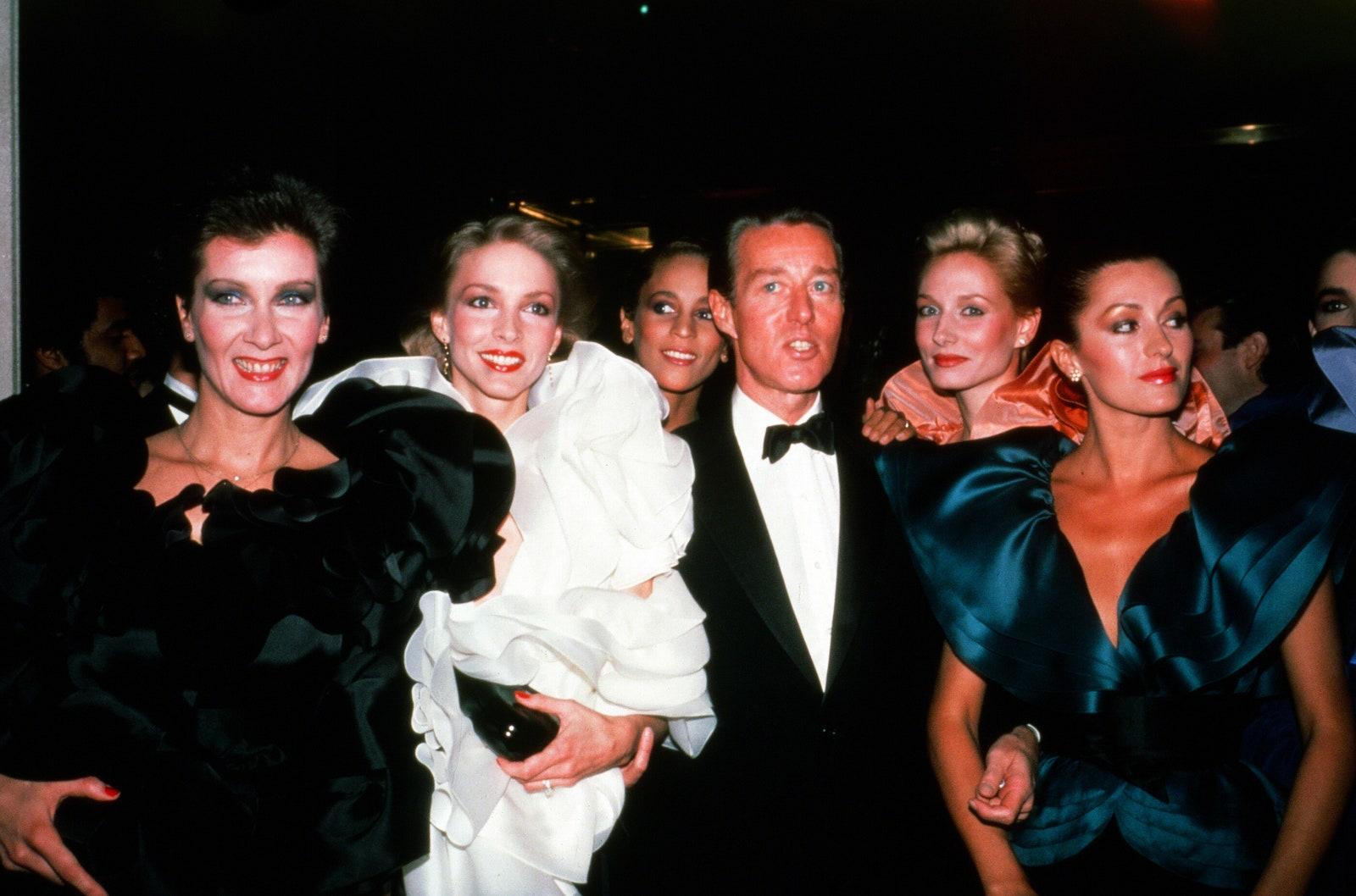 Halston và các người mẫu tham dự buổi dạ tiệc của Viện Trang phục Diana Vreeland tại Bảo tàng Nghệ thuật Metropolitan vào 8/12/1981.