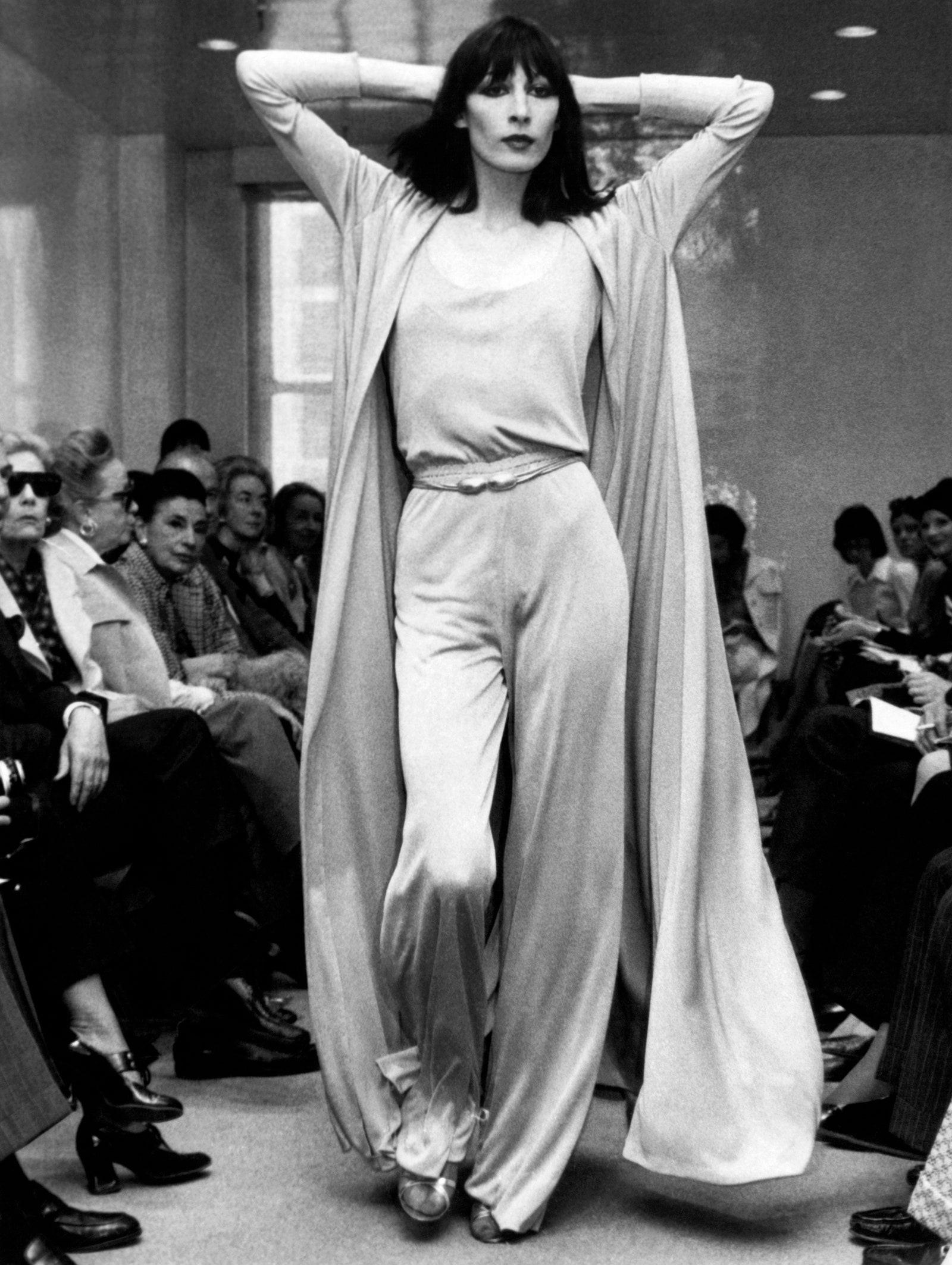 Angelica Huston catwalk cho Halston, New York, 23/5/1972
