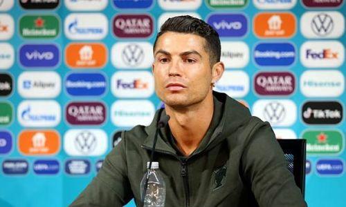 UEFA sẽ có hình phạt nếu cầu thủ tiếp tục gạt chai nước tài trợ